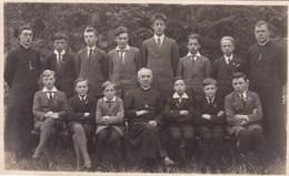 Izegem, Iseghem, Groep Kinderen En Jonge Mannen, Klasfoto, Met Pastoors (pk54771) - Izegem