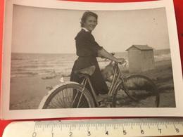 SIGNORA CON BICICLETTA A MANO-AGOSTO 1946 - Ciclismo