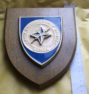 NATO, CREST ARALDICO DELLA COMMUNICATION SCHOOL DI LATINA - Insegne