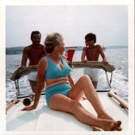 Photo Carrée Couleur Originale B.B. Pin-Up Sexy Dans Son Bikini Bleu Ciel Sur Le Pont D'une Vedette Rapide Vers 1970 - Pin-ups