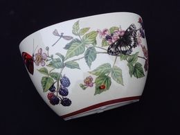 Jardinière En Céramique A Décor De Papillons Et De Mûres Sauvages - Céramiques