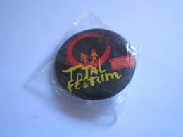 Badge Publicitaire à épingle TOTAL FESTUM AVEC LA RÉGION TOUS AUTOUR DU FEU ! LA RÉGION LANGUEDOC ROUSSILLON - Pin's