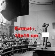 Reproduction D'une Photographie Ancienne D'une Femme Nue Faisant Le Modèle Pour Des étudiants En Art à Londres En 1953 - Reproductions