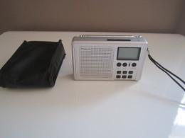 Poste Radio Portatif Dans Sa Pochette DE VOYAGE A PILES BENCH FM AM Dimension  : 12 X 7 Cm Env Hauteur Antenne : 45 Cm - Appareils