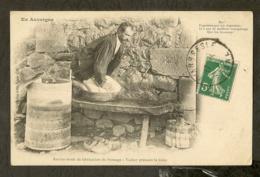 CP-EN AUVERGNE-PUY-DE-DÔME - Ancien Mode De Fabrication Du Fromage - Vacher Pressant La Tome - France