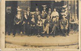 Photo De Classe à Identifier Devant Un Café - Conseil De Révision 1915 - Conscrits Avec Raymond Chaudat - Postcards