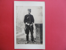 CARTE PHOTO MILITARIA - Gendarme ? , Douanier ? - Casernes