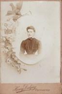 Tres Ancienne Photo Jeune Fille Avec Pendentif Decor De Fleurs Et Oiseau Empaillé Taxidermie Toulouse H Delgay - Anciennes (Av. 1900)