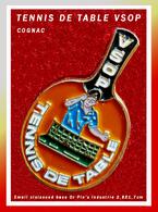 SUPER PIN'S TENNIS De TABLE : Club VSOP (COGNAC) En émail Cloisonné Base Or, Signé PIN'S INDUSTRIE, Format 2,8X1,7cm - Tennis De Table