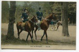 75 PARIS Elegants Cavaliers Au Bois De Boulogne Madame En Amazone Bel Aspect Glacé Couileur 1910          - D01 2019 - Non Classés