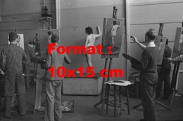 Reproduction D'une Photographie Ancienne D'une Jeune Femme Nue Servant De Modèle à Des Peintres En 1939 - Reproductions