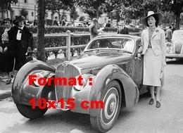 Reproduction D'une Photographie Ancienne D'une Dame élégante Près D'une Bugatti Au Bois De Boulogne - Repro's