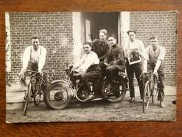 Oude FOTO  Postkaart  Met  Personen Op Fietsen En Op Motto  één Leest LE SOIR  Achteraan Staan Namen - Geïdentificeerde Personen