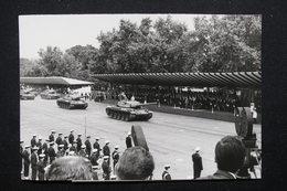 PHOTO - Défilé Du 14 Juillet 1967 , Nouveau Char De Combat AMX 30 Défilant Devant Le Président De La République- L 21842 - Guerre, Militaire