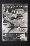 PHOTO - Colonel De Boissieu Sur Le Nouveau Char De Combat AMX 30 Défilant Devant Le Président De La République- L 21843 - Guerre, Militaire