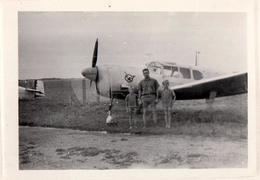 Photo Originale Légère Superposition Sur Curtiss P-40 Warhawk ? à L'Oiseau Sur La Carlingue & Famille Vers 1950 - Aviazione