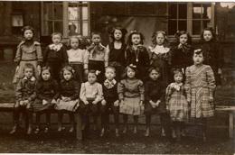 Photo Ancienne /carte Photo Groupe D'enfants D'une école Primaire , La Maîtresse Est à L'ntérieur Derrière La Fenêtre - Anonyme Personen