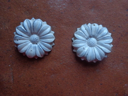 Boucle D'oreilles Clips  (decor De Fleur La Marguerite) En Fer - Parfums & Beauté