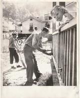 Rare Photo 25.5 X 20 Cm Américains Construisant Leur Maison - Photos