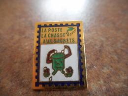 A021 -- Pin's La Poste La Chasse Aux Sachets - Mail Services