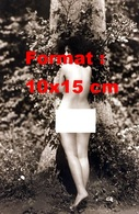 Reproduction D'une Photographie Ancienne D'une Jeune Femme Nue Devant Un Arbre En 1915 - Reproductions