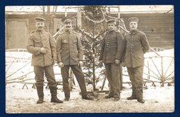 Carte-photo. Soldats Allemands En Pose Avec Leur Sapin De Noël Décoré - Guerra 1914-18