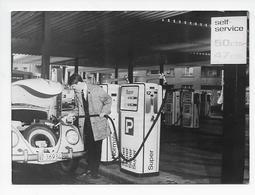 Oldtimer  Voiture Ancienne Automobile  Volkswagen VW Coccinelle à La Station Pompe à Essence 1964  Photo 18x13 - Automobiles