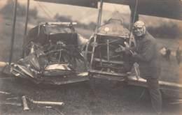 66 - Perpignan - Carte Photo - Catastrophe Aérienne - Beau Plan Sur L'Aviateur Et Son Avion Accidenté - Piloten