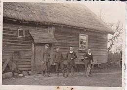 Foto Deutsche Soldaten Und Hund Vor Bauernhaus - Russland - 2. WK - 8*5,5cm (39110) - Krieg, Militär