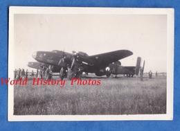 Photo Ancienne - Aérodrome à Situer - Avion Militaire à Identifier Croix De Lorraine - Aviation Armée De L'Air Post WW2 - Aviation