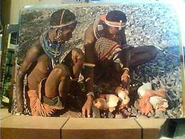 KENIA KENYA PREPARING A MEAL CUCINA CARNE V1980 HA7665 - Kenia