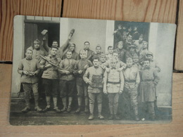 Cpa  Groupe De Soldats En Caserne 142 Au Jus - Casernes