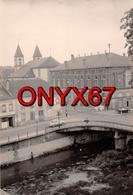 PHOTO 12 X 8 Cms  SARREBOURG (Moselle) Vue Prise Sur La Ville  Le Pont Et Café De La Moselle - Plaatsen