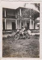 Photo Cameroun Douala  1940 Militaire Troupe Francaise Libre Mess Des Sous Officiers Moto Avec  Motocycliste - Weltkrieg 1939-45