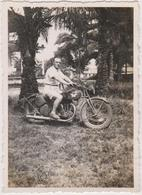 Photo Cameroun Douala  1940 Militaire Troupe Francaise Libre  Moto Avec Motocycliste - Weltkrieg 1939-45