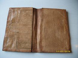 Enselble Composé D'un Pochette  Et D'un Porte-monnaie En Cuir De Zébu - African Art