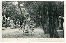 CHATELAILLON PLAGE Boulevard De La République * Animée Jeunes Femmes Costume Et Raquette Tennis - Châtelaillon-Plage