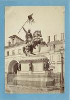 FALAISE (calvados)- Gendarmerie,statue De Guillaume Le Conquérant, Photo Vers 1900 Format 17,3 Cm X 12cm . - Luoghi