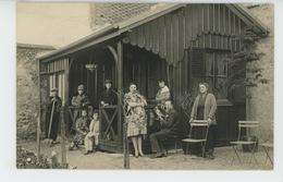 SENS - Belle Carte Photo Famille Posant En 1928 à SENS Avec Son Jardinier Et Sa Femme De Ménage (nommés Au Dos) - Sens