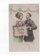 BONNE FETE - JEUNE COUPLE AVEC PANNEAU FLEURI  -  CARTE COULEUR   - VOYAGEE - Seasons & Holidays