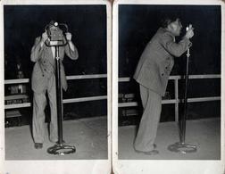 2 Cartes Photos Originales Chanteur Comique Ou Photographe Autour D'un étrange Pied De ? Microphone 1940/50 - Sport