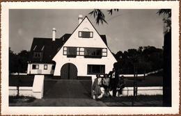 Photo Originale Portrait De Famille Devant La Maison De Le Zoute (Knokke-Heist) En Belgique En Mai 1948 Architecture - Lieux