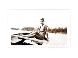 Ancienne Photo Amateur Originale Papier Velox Demoiselle Jeune Fille Jolies Jambes Barque Canot Bateau 1940 Années 40 - Orte