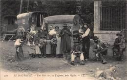 CPA LE DAUPHINE - Une Fête Chez Les Tziganes, Près Vizille - Vizille