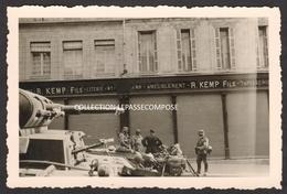 INEDIT - SAINT QUENTIN - SOLDATS ALLEMANDS ET UN BLINDE 87 89 RUE D ISLE  DEVANT LA MAISON KEMP FILS VERS LE 18 MAI 1940 - Saint Quentin
