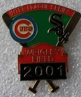 Pin's Baseball Cubs De Chicago Interleague Séries . Wrigley Field 2001 . 30X31 Mm . Superbe - Baseball