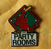 Pin's Baseball . 1992 Party Rooms . Perroquet . Ara . Parrot . 26X33 Mm - Baseball