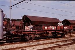 Photo Diapo Diapositive Slide Train Wagon Plat Spécial SNCF Du Service M Et Trémies à Montargis Le 25/06/1993 VOIR ZOOM - Dias