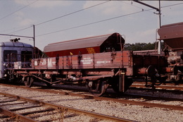 Photo Diapo Diapositive Slide Train Loco Wagon Plat Spécial SNCF Du Service M à Montargis Le 25/06/1993 VOIR ZOOM - Dias