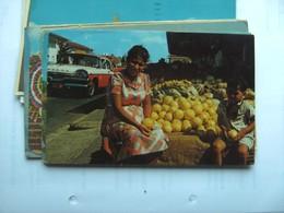Aruba Oranjestad Fruitvrouw Op De Markt Old Car - Aruba